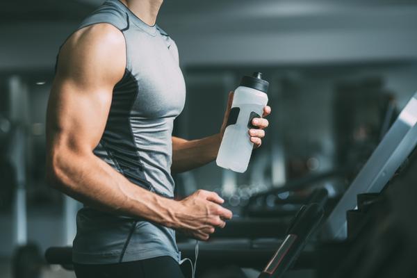Mann beim Sport mit Elektrolyt-Drink