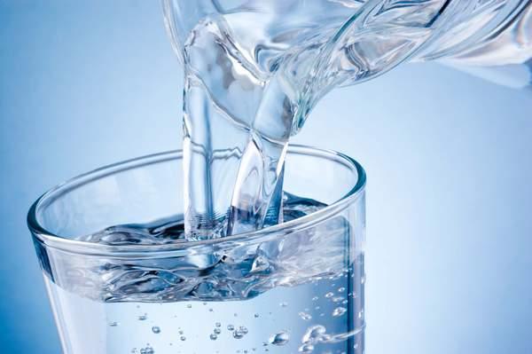 Mineralwasser enthält Elektrolyte, die der Körper gut aufnehmen kann