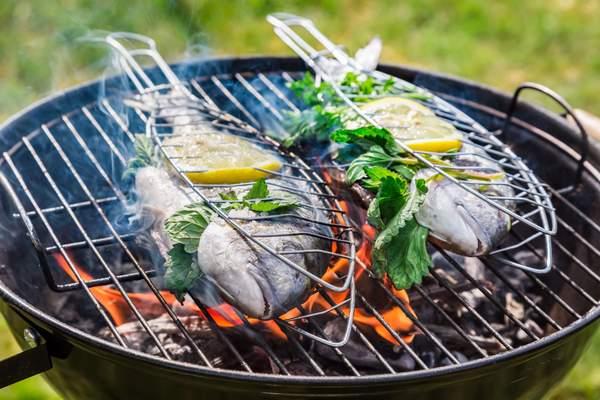 Fisch auf dem Grill mit Zitrone und Kräutern