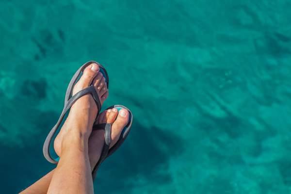Fußpilz vorbeugen - durch Badeschlappen