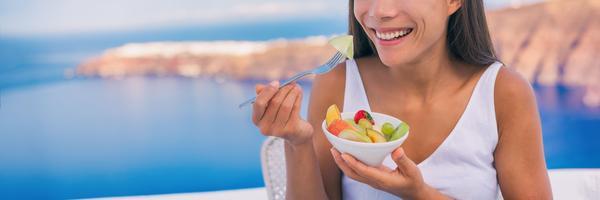 Frau isst einen gesunden Snack aus Obst