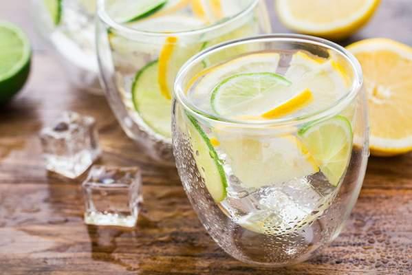 Mineralwasser mit Zitrone und Gurke